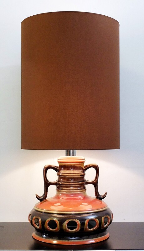 Fat lava pottery table lamp