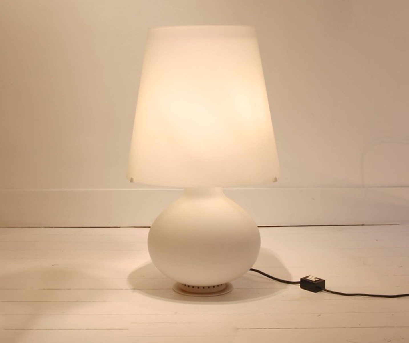 Fontana White Frosted Glass Table Lamp By Max Ingrand For Fontana